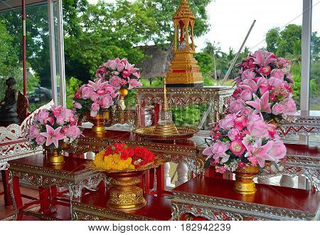 The flowers that are placed in the Buddhist temple in Southeast Asia is a respect and a manifestation of faith in teaching, and tourists go to see beautiful views, a beautiful altar and take photos for their friends