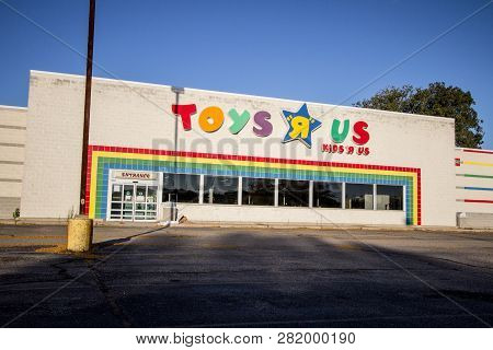 Port Huron, Michigan, Usa - October 10, 2018: Exterior Of A Closed Toys R Us Store In American Midwe