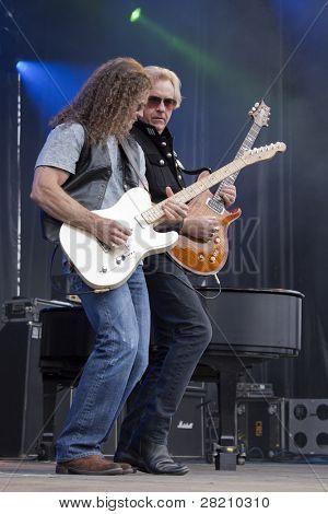 CLARK, NJ - Eylül 17: Gitar oyuncular Markus Wolfe ve Howard Leese Paul Rodgers bant ile gerçekleştirin