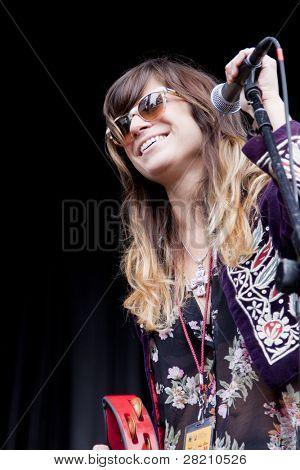 CLARK, NJ - Eylül 17: Şarkıcı Nicole Atkins & Karadeniz gerçekleştirmek Union County Mus