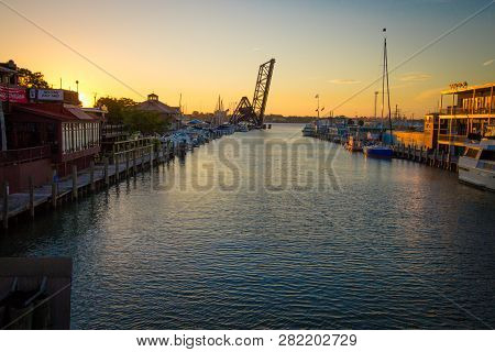 Port Huron, Michigan, Usa - October 10, 2018: Sunrise Over The Waterfront Business District Of Port