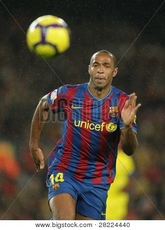 BARCELONA - JAN 2: FC Barcelona player  Henry during Spanish soccer league match between FC Barcelona and Villarreal at the Nou Camp Stadium on January 2, 2010 in Barcelona, Spain.