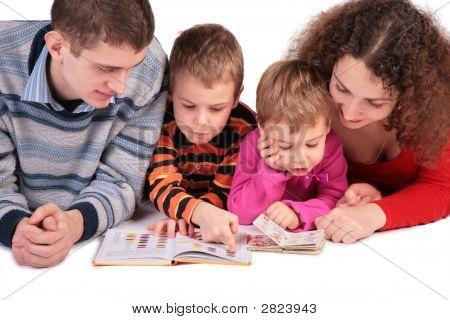 Pais com crianças ler livros