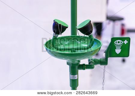 Green Emergency Eye Washing Station Equipment With Safety Signage Unit For Chemical Accident Or Crit