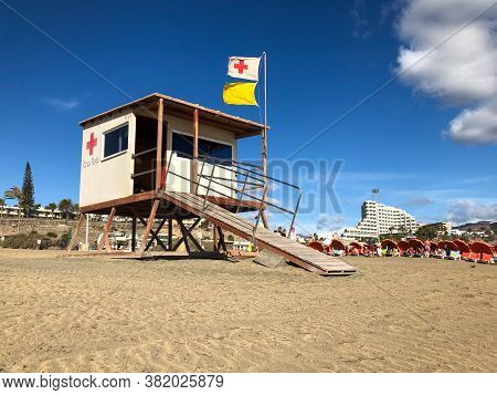 Playa Del Ingles, Spain - 6 Jan, 2020: Red Cross Lifeguard House Guarding The Beaches And Tourists O