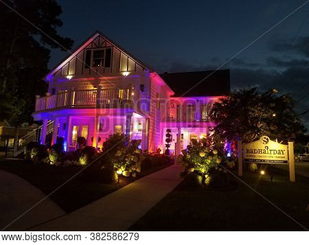 Rehoboth Beach, Delaware, U.s.a - August 6, 2020 - The Bad Hair Day Salon And Spa Lighted Up At Nigh