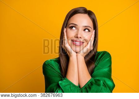 Close-up Portrait Of Her She Nice-looking Attractive Lovely Creative Cheerful Dreamy Straight-haired