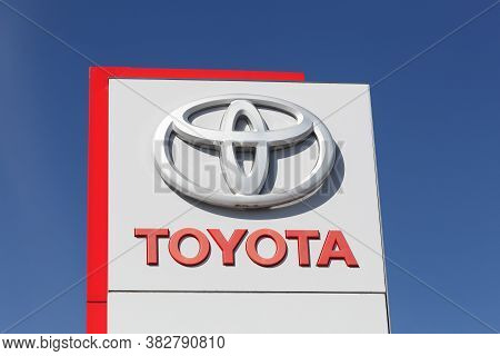 Odder, Denmark - Avril 2, 2018: Toyota Logo On A Panel. Toyota Motor Corporation Is A Japanese Autom