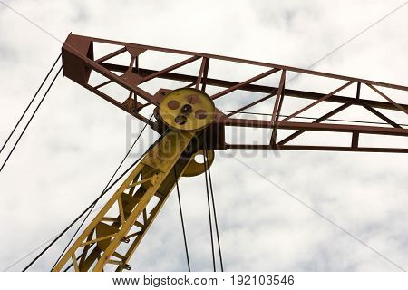Crane Construction With Traction Mechanisms