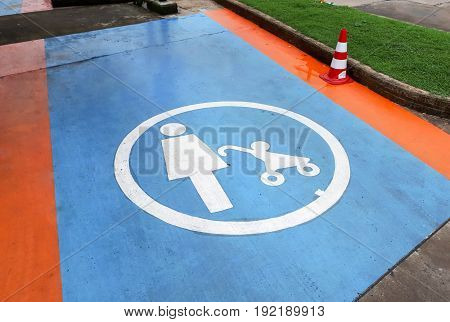 Symbol of parent and child parking spaces