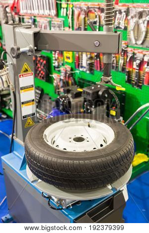 Pneumatic machine for tire service, removing tyre