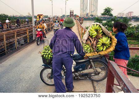 Hanoi, Vietnam - May 24, 2017: Vietnamese Banana Seller Entering The Long Bien Bridge To Start His S