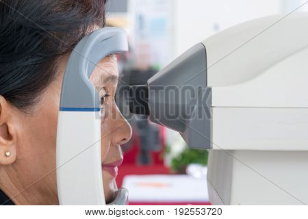 June 24, 2017 Thailand Nonthaburi Province Elderly women The eye pressure was measured with a detector. At the hospital in Nonthaburi