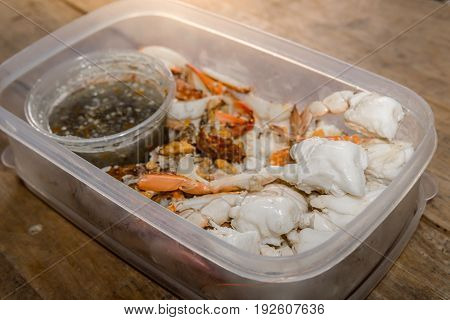 Crab meat in crab is ready to eat with seafood sauce.