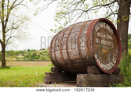 Old barrel indicating the beginning of a wine-producing area of fine grapes. The inscription on the barrel it says: Welcome to the wine country