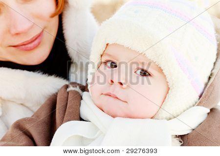 Mutter mit Kind im freien