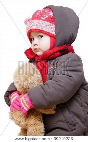 Baby auf Winterkleidung auf weißem Hintergrund