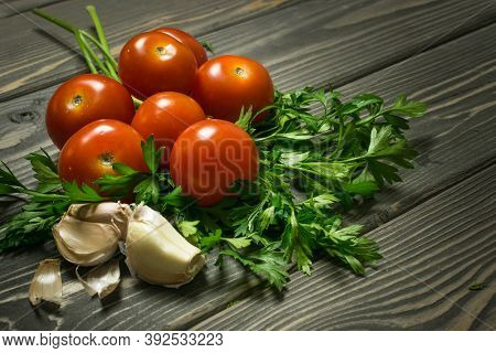 Son Old Knotted Gray Table - A Set Of Vegetables For A Salad Of Parsley, Garlic And Cherry Tomatoes