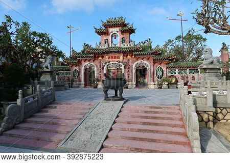 Hoi An, Vietnam, October 29, 2020: Stairs In Front Of The Main Gate Of The Assembly Hall Of Fujian C