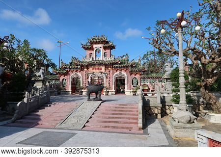Hoi An, Vietnam, October 29, 2020: Access Stairs In Front Of The Main Gate Of The Assembly Hall Of F