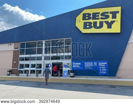Orlando, Fl/usa - 10/14/20: The Exteror Storefront Of A Best Buy Electronics Retail Store Chain Loca