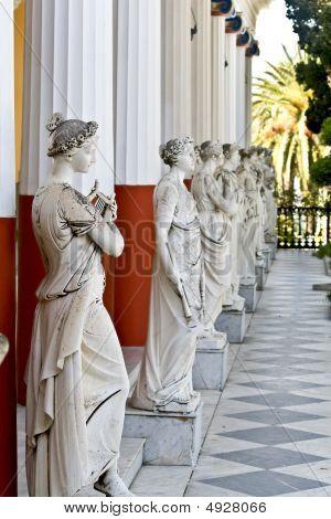 antike griechische Statuen außerhalb eines klassischen Ära Tempels ständigen