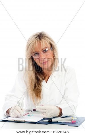 junge Arzt mit einer Blutprobe