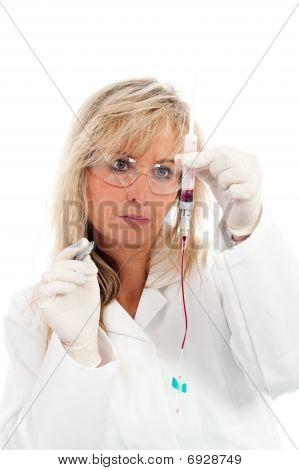 Young Doctor with eine Blutprobe