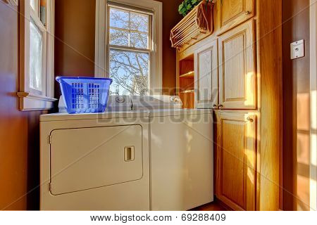 Small Laundry Room With Washer And Dryer