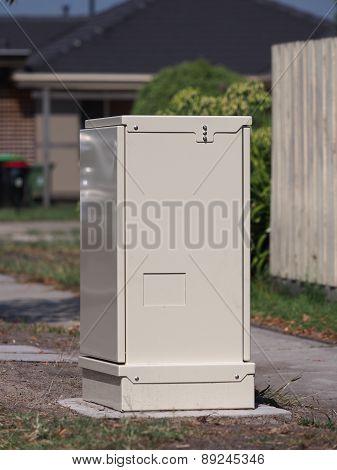 Fiber distribution cabinet roadside