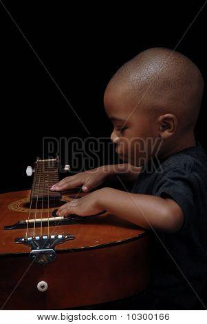 Afro-amerikai fiú gitározni
