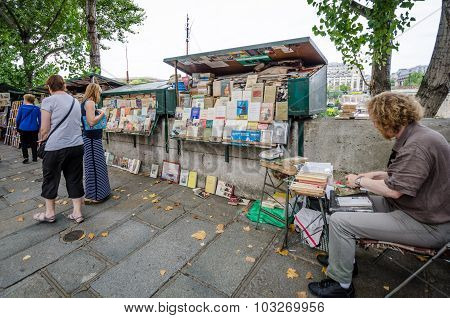 Used and antiquarian books for sale beside the Seine