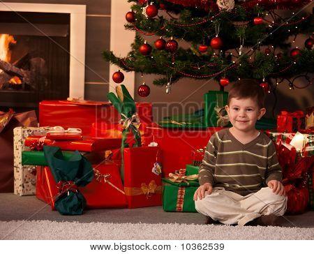Portrait Of Little Boy mit Weihnachtsbaum