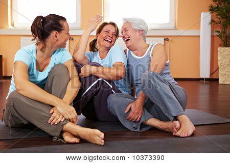 Frauen, die Spaß im Fitnessstudio