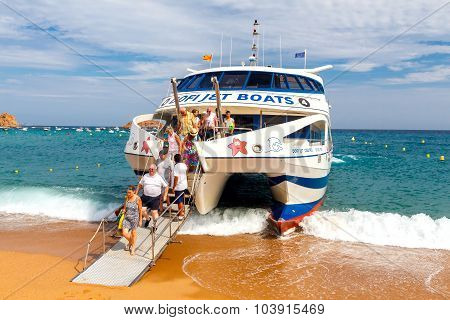 Tossa de Mar. Disembarkation of passengers from a boat.