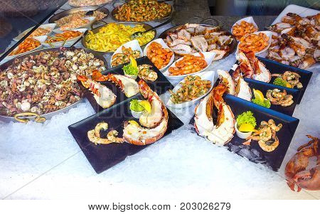 The baked fresh seafood with on ice in abstract shop