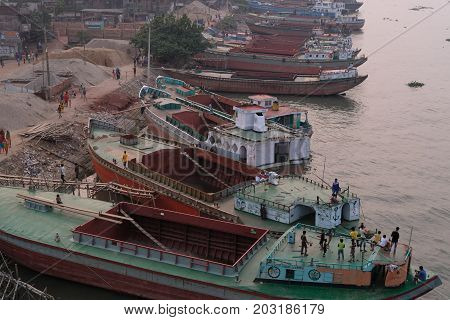 Dhaka, bangladesh, august 2017-Workers unloading sand from the ships on the Buriganga River near the Amin Bazar Bridge in dhaka in bangladesh taken on 7, september 2017