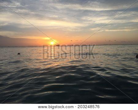 se ve el atardecer en el mar desde isla mujeres