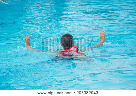 man show two arm active drowning phase in pool
