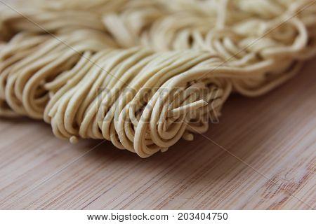 Nouilles chinoises sur planche à découper en bois