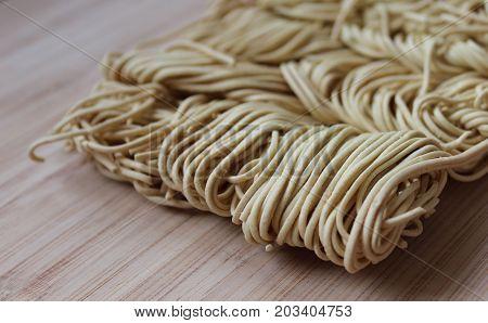 détails de nouilles chinoises sur une planche à découper en bois