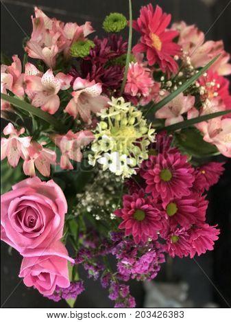 arreglo floral estilo vintage con explosión de colores