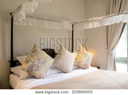 Decoration of the bedding with yellow cushions.