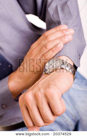 empresario mirando el reloj, alta llave, foco en el reloj