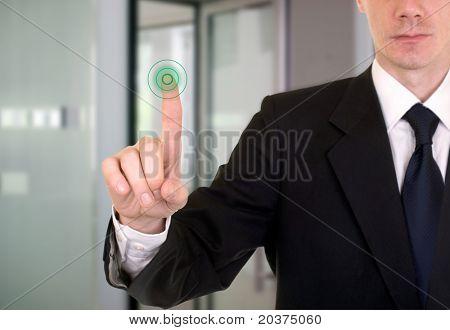 imprenditore entrare in banca o dati protetti da touch screen