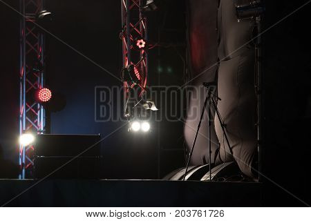 The camera takes night concert. Under the spotlight we could see the silhouette of the camera