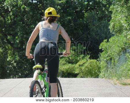 Sports a beautiful and sexy mountain bike girl to see in all her curves and effort