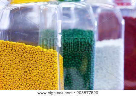 Granules of different shapes for the production of multi-colored plastic parts for industry