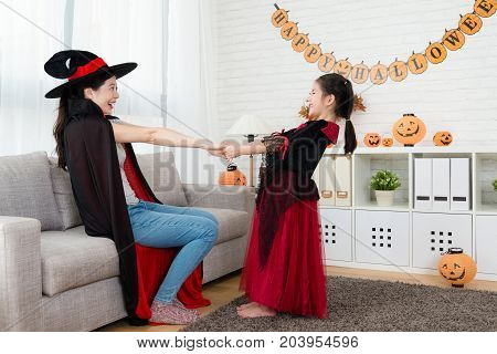 Little Girl Face To Each Other By Holding The Hand