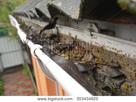 Rain Gutter Cleaning From Leaves And Dirt. Roof Gutter Drainage Cleaning Tips. Clean Your Gutters Be